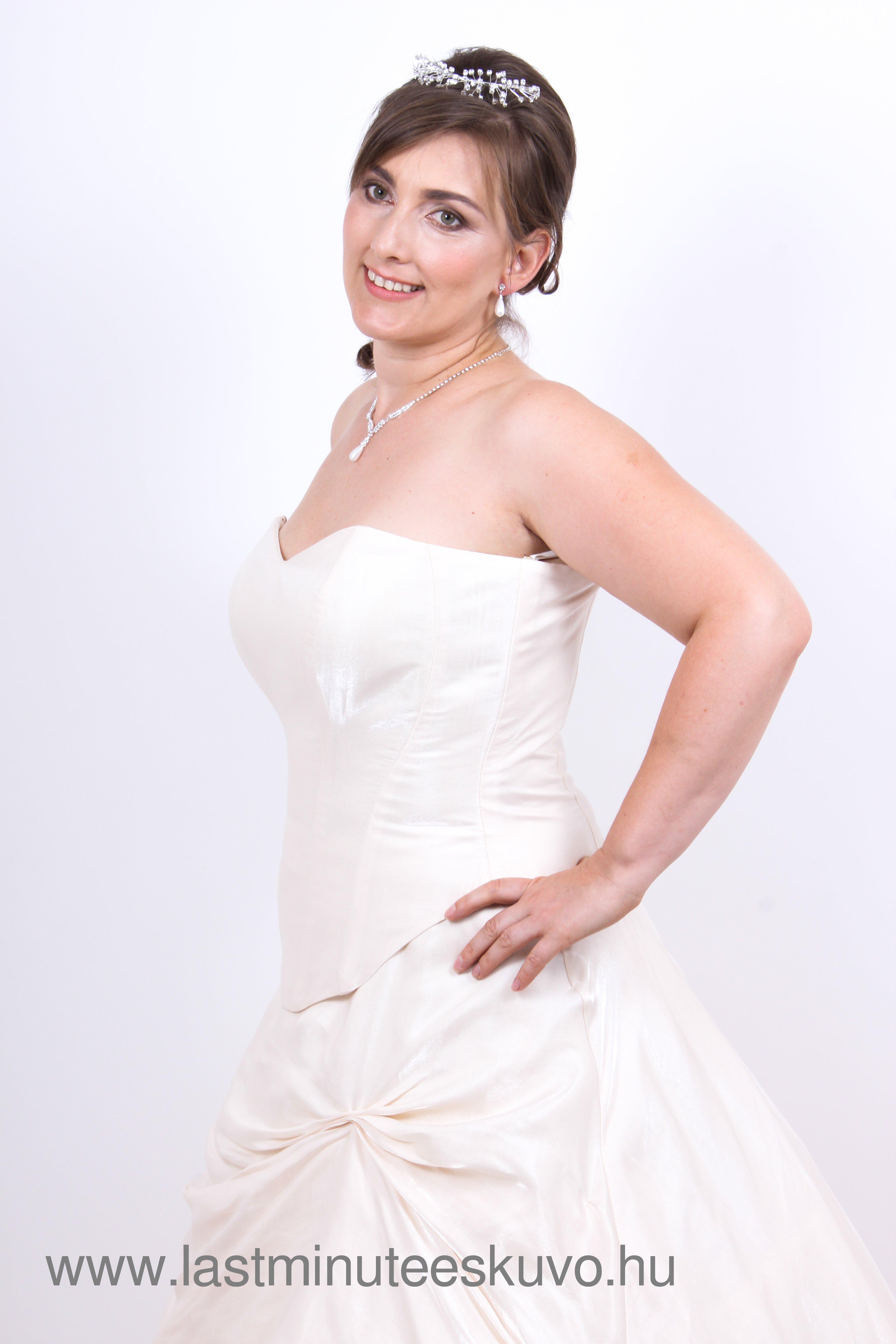 Adél törtfehér menyasszonyi ruha